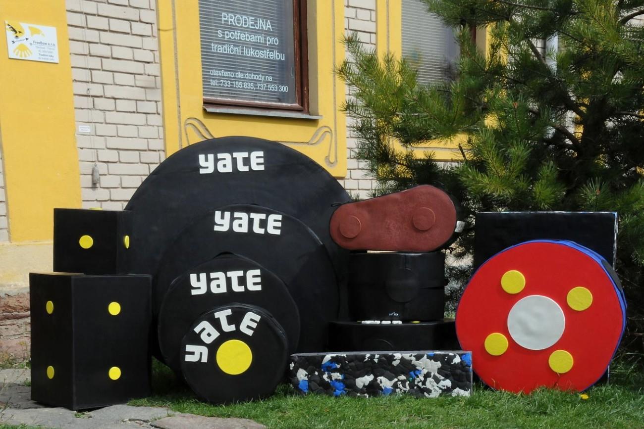 Terčovnice YATE před prodejnou FreeBow Tišnov